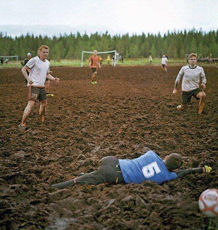 場上最大的敵人不是敵隊,而是爛泥巴(照片/紐約時報提供)