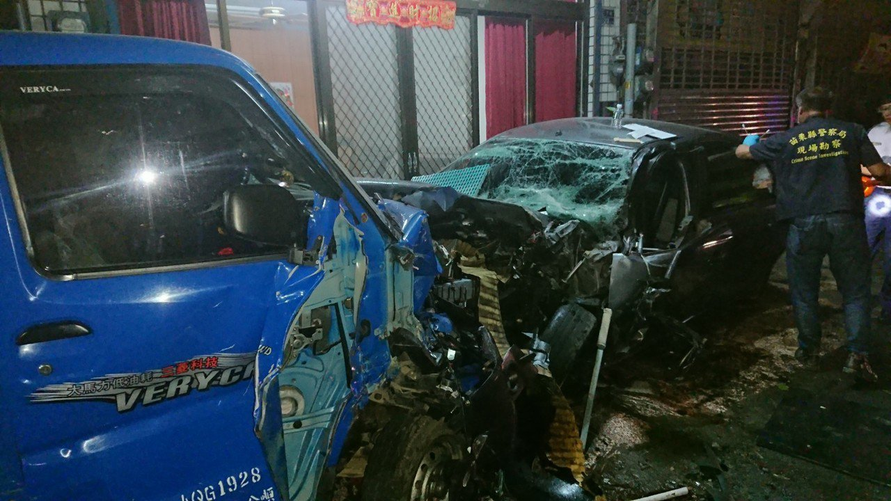 一輛轎車6日晚上10點半左右疑因超車不慎,失控撞上停在騎樓下2輛小貨車,轎車車頭...