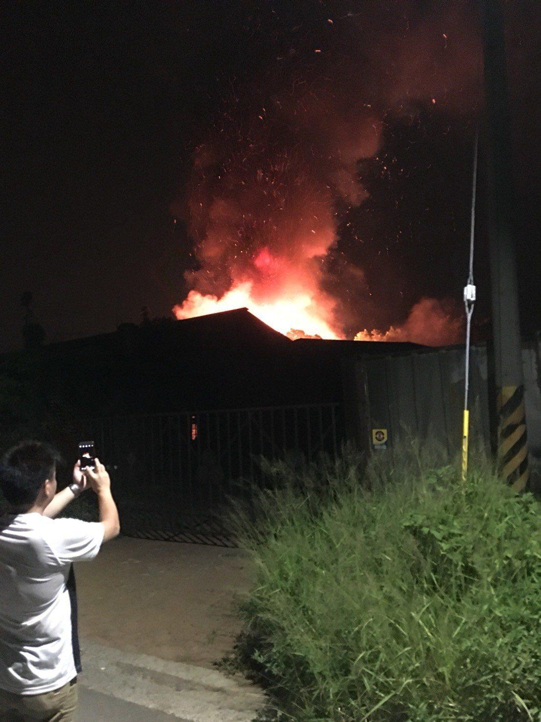 苗栗縣苑裡鎮大興路的「鐵工莊園」餐廳,昨天深夜11點40分左右發生大火。圖/孟文...