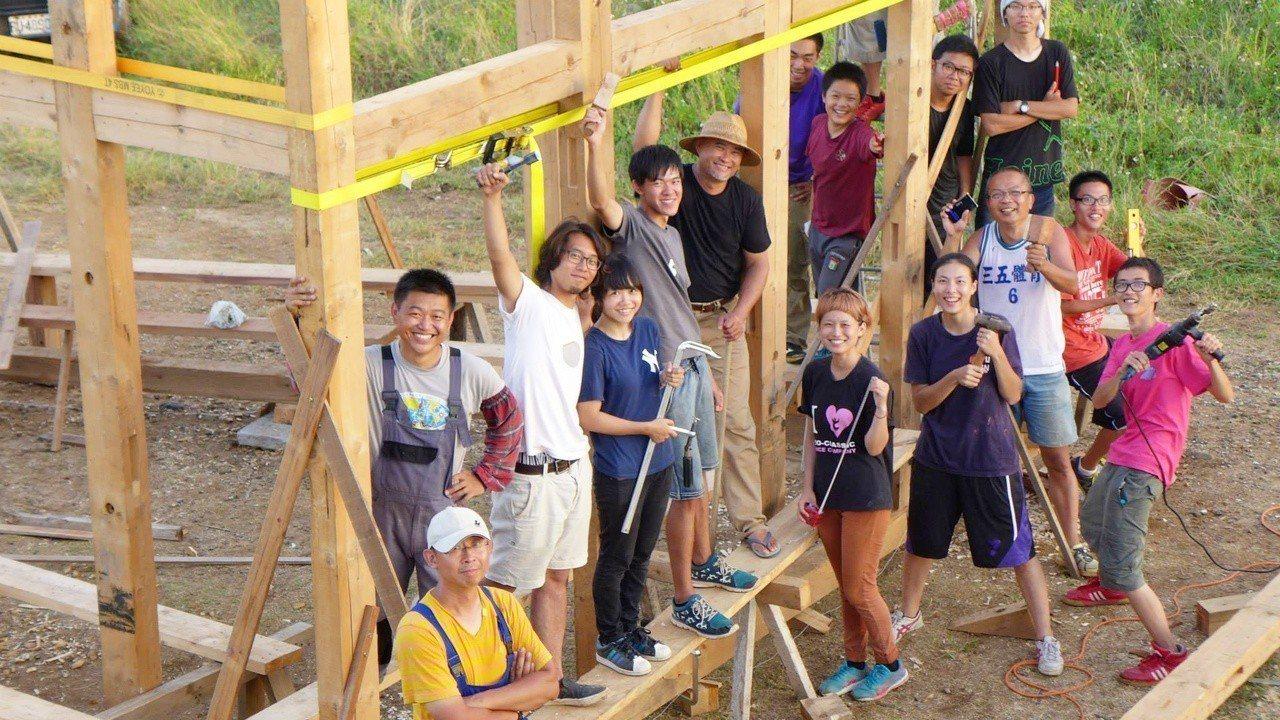 全台首創以建築實作為主題的「汗得建築工事實驗教育機構」,讓高中生畢業便會蓋房子。...