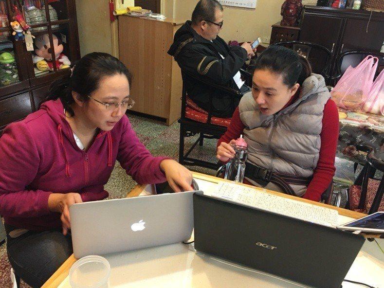 劉品吟(右)在居家就業就服員媒合,獲得打字工作室工作機會。圖/新北勞工局提供