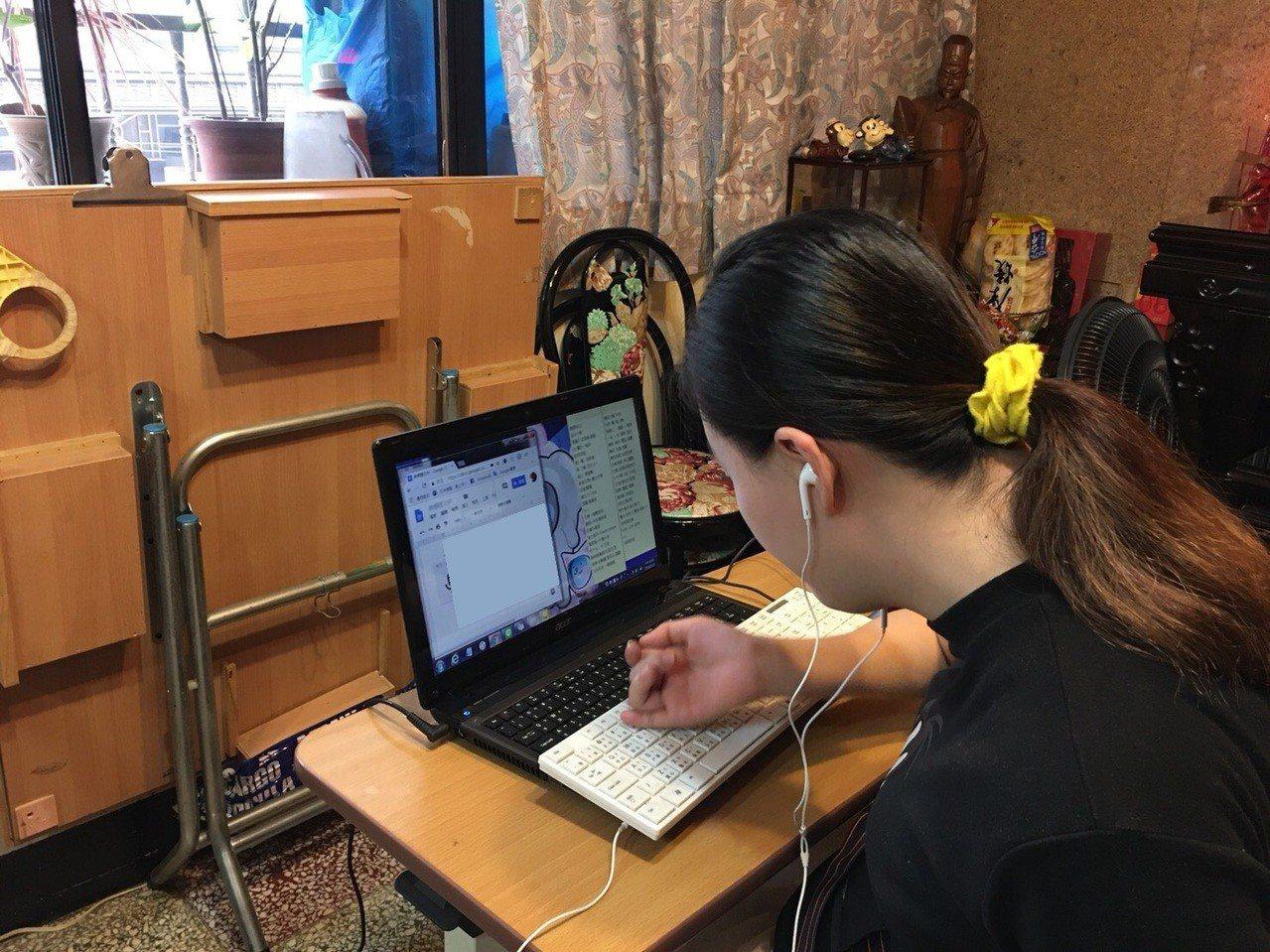 劉品吟在居家就業就服員積極媒合,獲得打字工作室工作機會。圖/新北勞工局提供