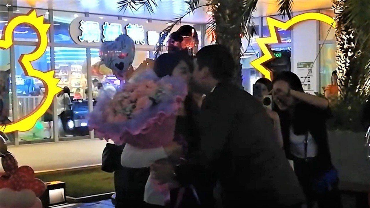 基隆市東岸商場昨晚上演一場浪漫求婚記,親友團到場助陣,場面相當溫聲,新人對嘴親吻...