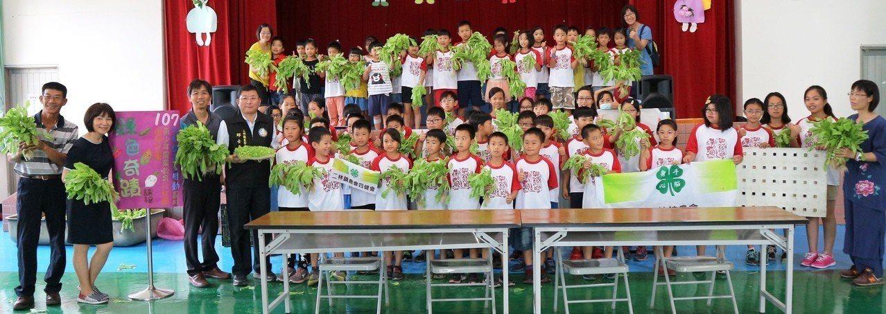 興華國小推動科技農業教育,首先教學生認識水耕蔬菜。圖/興華國小提供