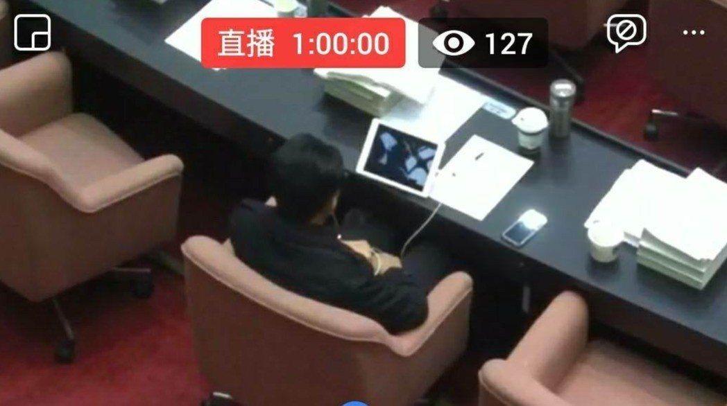 民進黨立委林俊憲在議場內看影片,被網友截圖PO網。圖/擷取自PTT