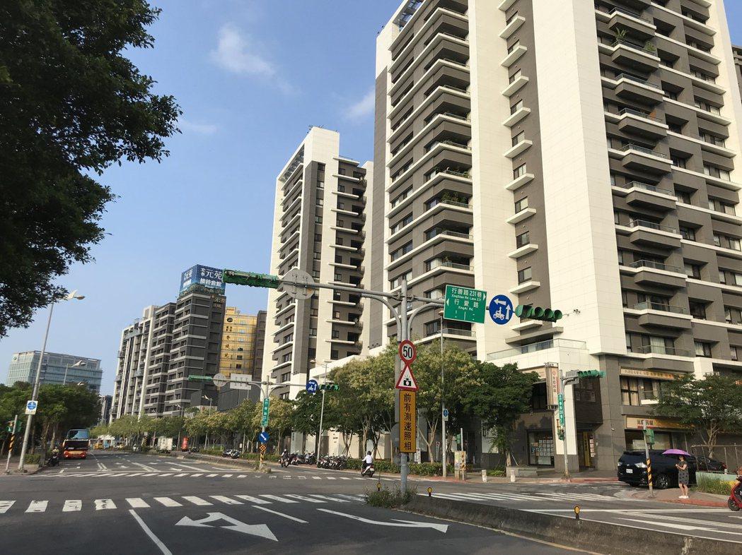 市調顯示,北台灣推案持續爆量,預售屋加新成屋,繼3月、4月衝上1,000億元之後...