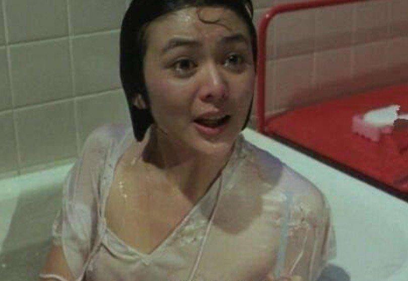 關之琳在「夏日福星」有溼身、胸前若隱若現的性感畫面。圖/翻攝自YouTube