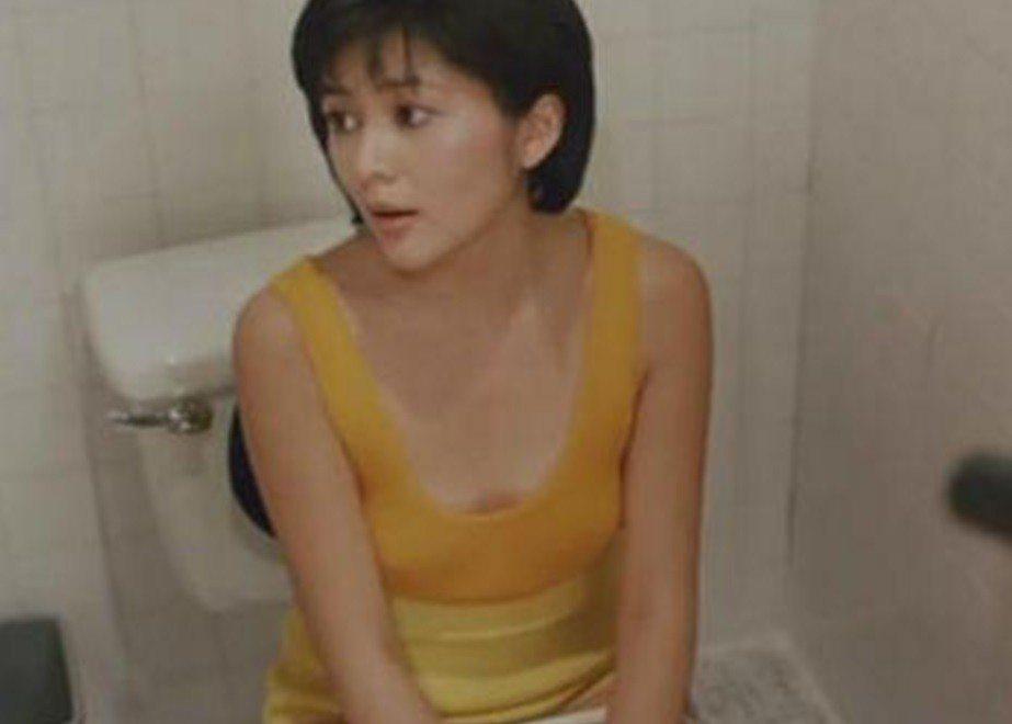 關之琳雖是「夏日福星」的花瓶,卻有難得一見的性感表演。圖/翻攝自YouTube