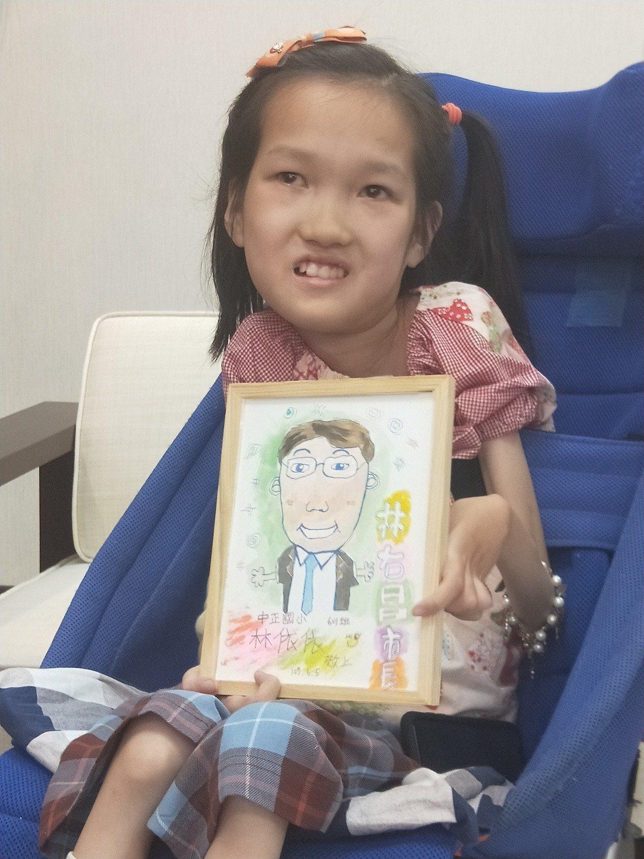 基隆市長林右昌今天上午接見獲得今年總統教育獎的林依依,看到她畫的市長畫像很開心。...