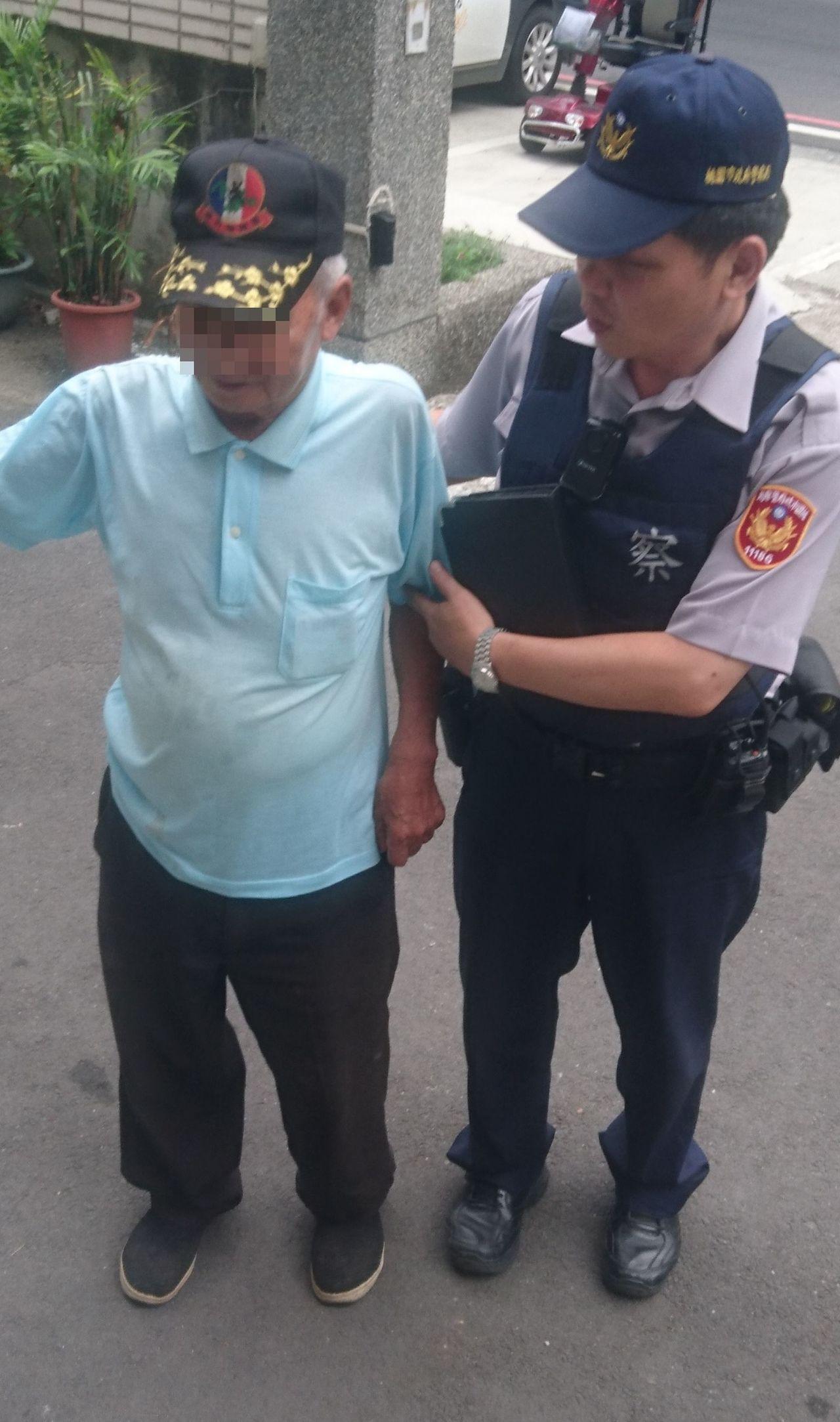 桃園市85歲魏姓老翁,今天上午騎電動輔助車到龍潭醫院看診,返程迷途呆坐路旁,巡警...