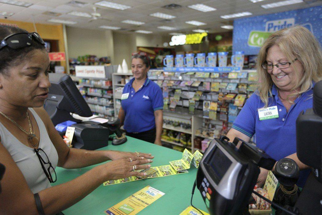 美國民眾買彩券檔案照。美聯社