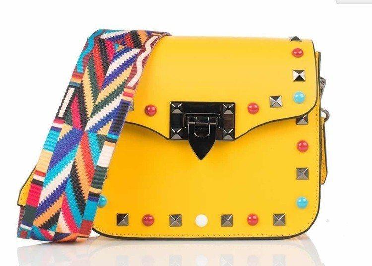aBoutmi鮮豔黃鉚釘方包,售價6,580元。圖/aBoutmi提供