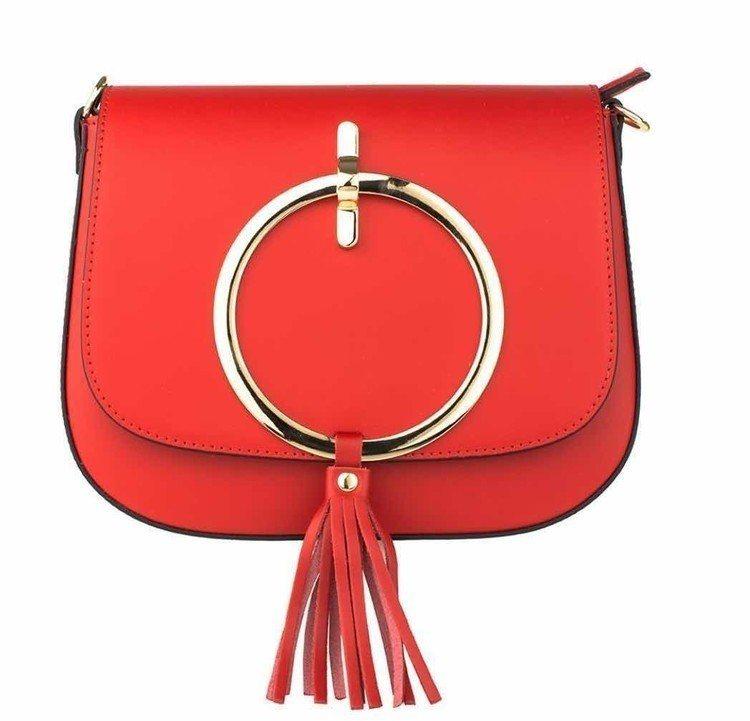aBoutmi艷麗紅金屬環流蘇肩背包,售價8,380元。圖/aBoutmi提供