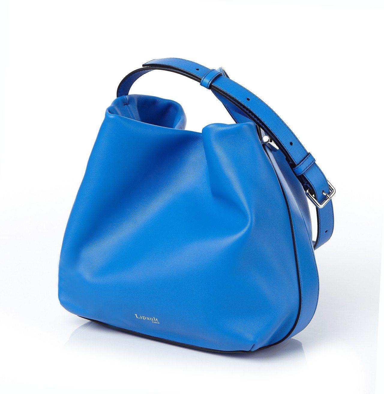 Lipault亮藍色真皮水桶包,售價7,400元。圖/Lipault提供