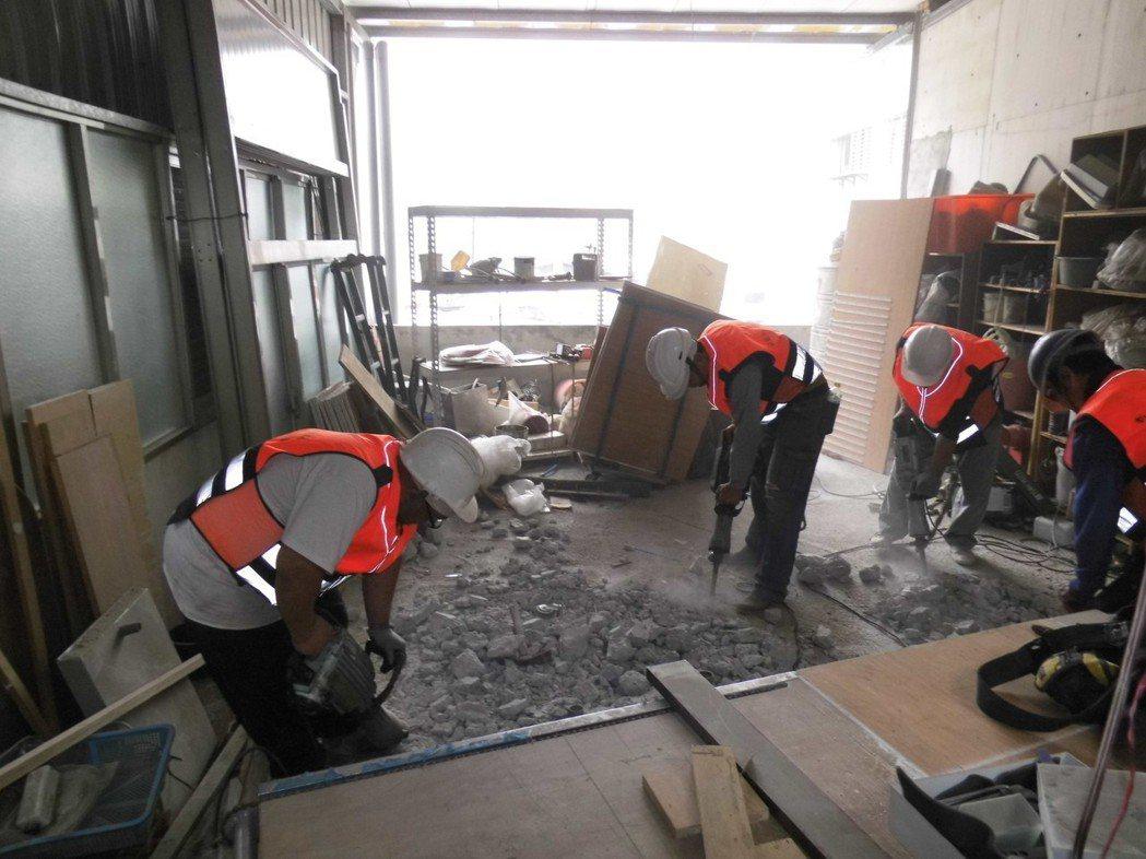新北市拆除大隊大隊長馮兆麟表示,去年中和縱火案後至今,新北已拆除504件頂樓加蓋出租套房,等各大學考完期末考、學生搬遷後,7月還會再有一波密集拆除行動。圖/新北市工務局提供