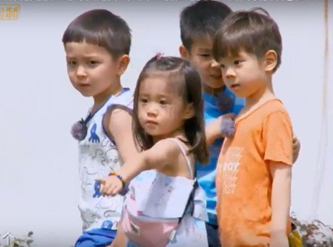 賈靜雯與2個女兒咘咘、Bo妞出演的「媽媽是超人」第3集將播出最終回,搶先版中,賈靜雯帶咘咘與其他媽媽、孩子們相聚歡,咘咘是唯一的小女孩,與大陸女星鄧莎的兒子「大麟子」一見如故,一見面就互相牽起小手,...