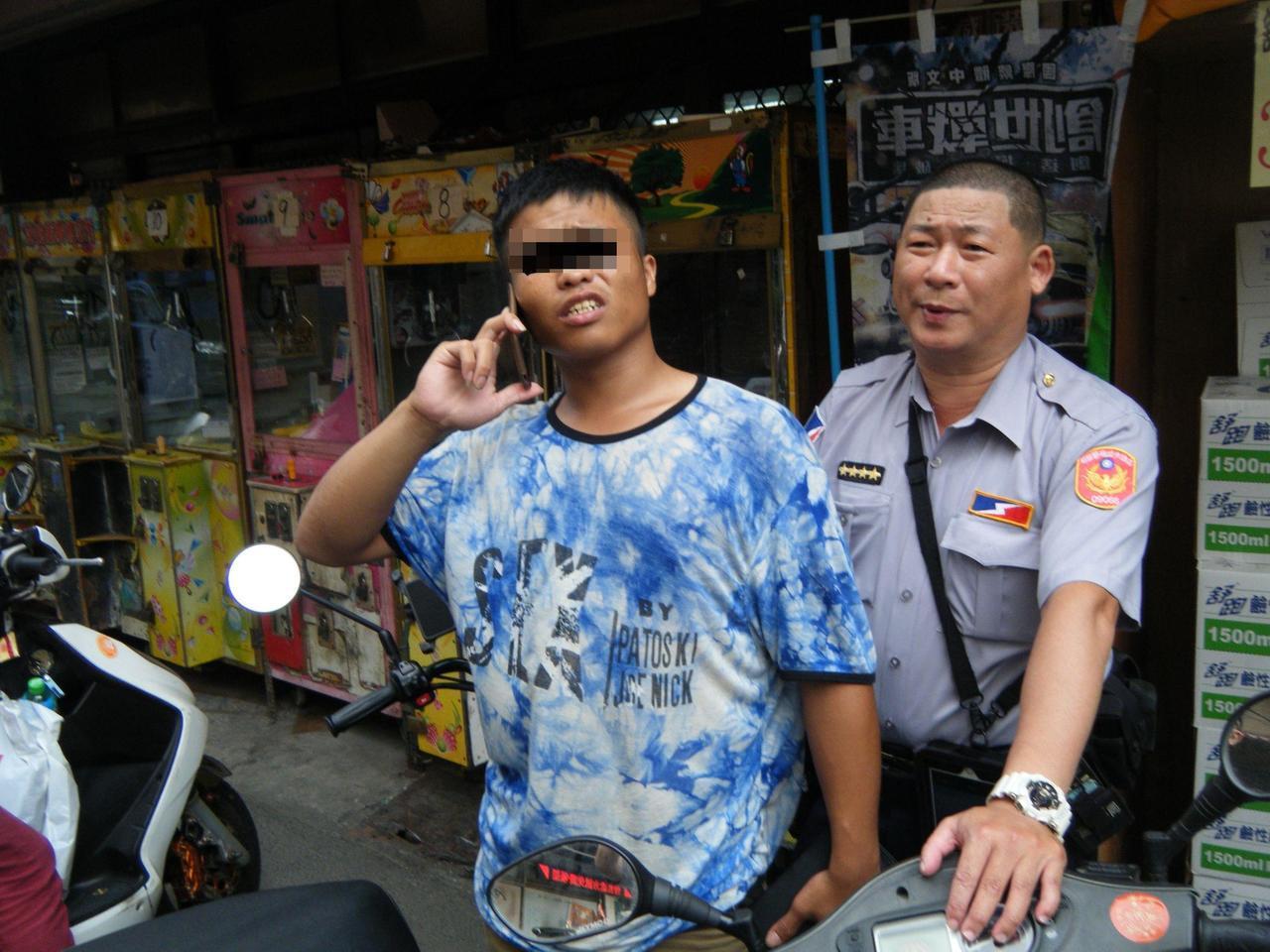 曾姓男子(左)通緝被捕,連忙打電話通知女友將短暫分開。記者林保光/翻攝