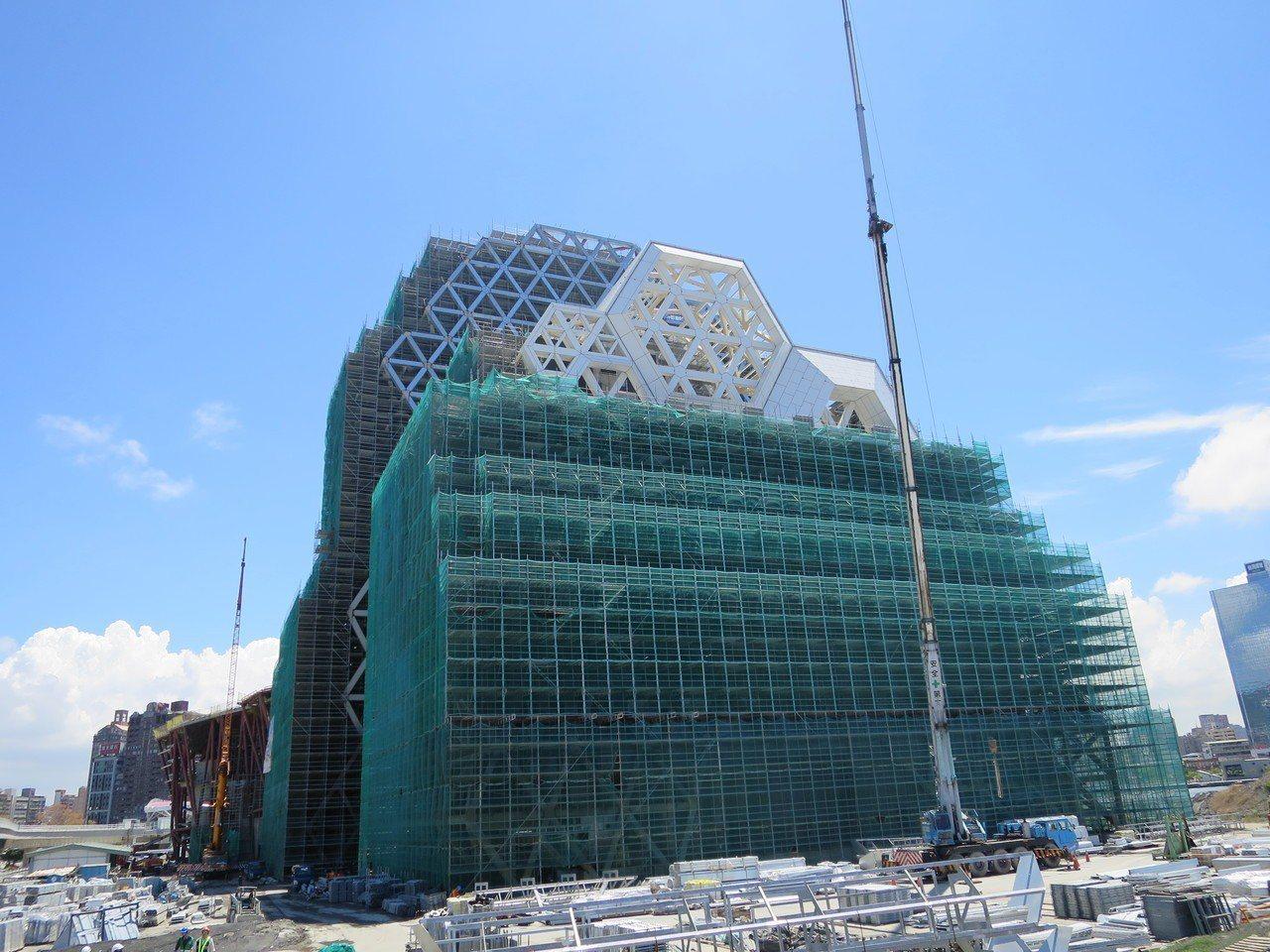 真愛碼頭建築高、低塔及大型室內、外表演空間,是地上11層鋼結構。記者謝梅芬/攝影