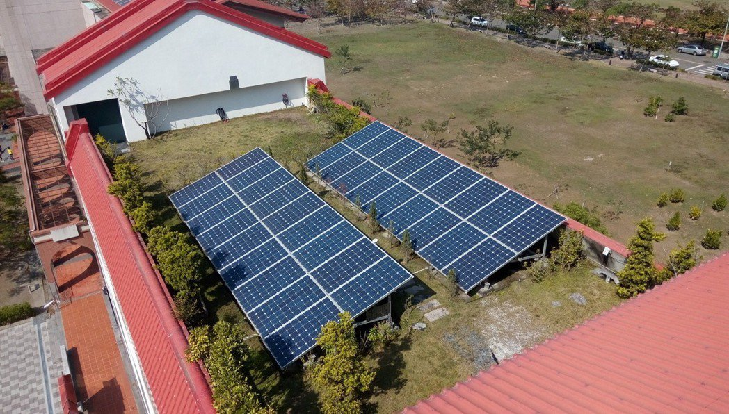 安平區公所配合台南市太陽光電2年期計畫,去年8月開始在公所屋頂上安裝太陽能板,目...