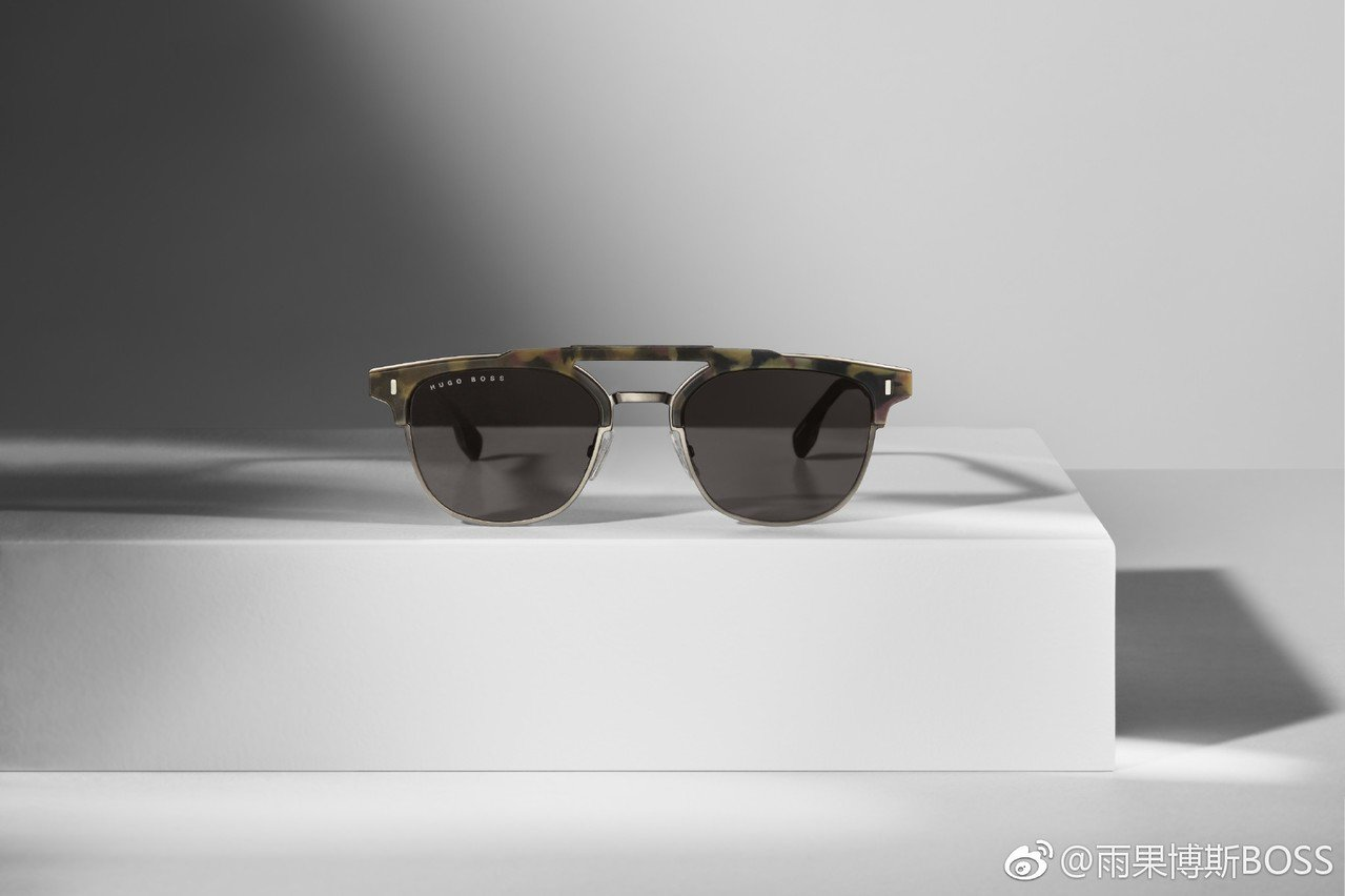 Hugo Boss本季的墨鏡採用輕量的橡膠框架和精緻的醋酸纖維製成,無論是經典或...