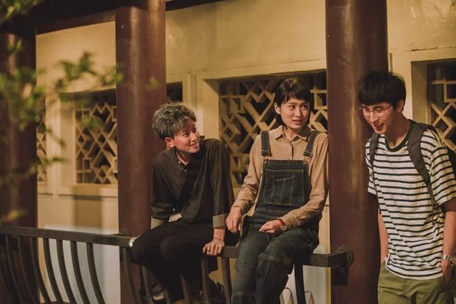 胡釋安(右)正式出道,和葉慈毓(左)、鄭靚歆拍公視新戲。圖/公視提供