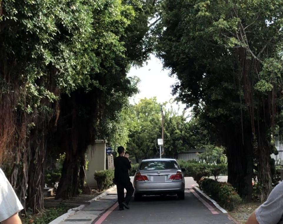 黃遵僑瞥見媒體趨近,迅速在友人協助下,趨車離開市立殯儀館。記者邵心杰/攝影