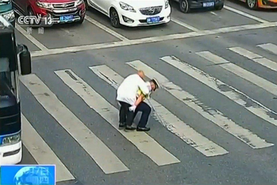 大陸四川省綿陽一位老人於4日早上過馬路,儘管步履蹣跚速度緩慢,但在場汽車駕駛均耐...