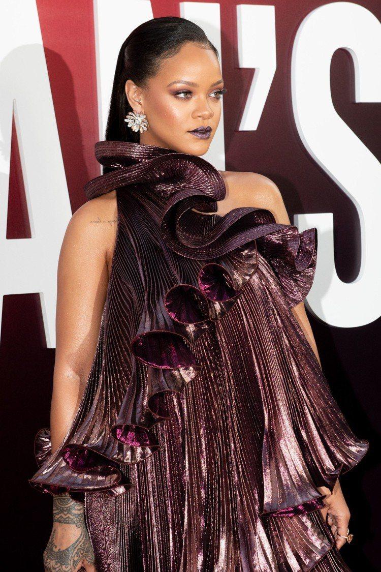 蕾哈娜的荷葉邊GIVENCHY裙裝相當浮誇。圖/GIVENCHY提供