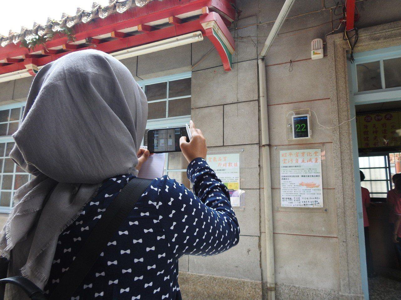 美、日、越、印尼等10國環保官員今赴南投縣埔里孔廟子,看見檢測器材紛拿手機拍照紀...