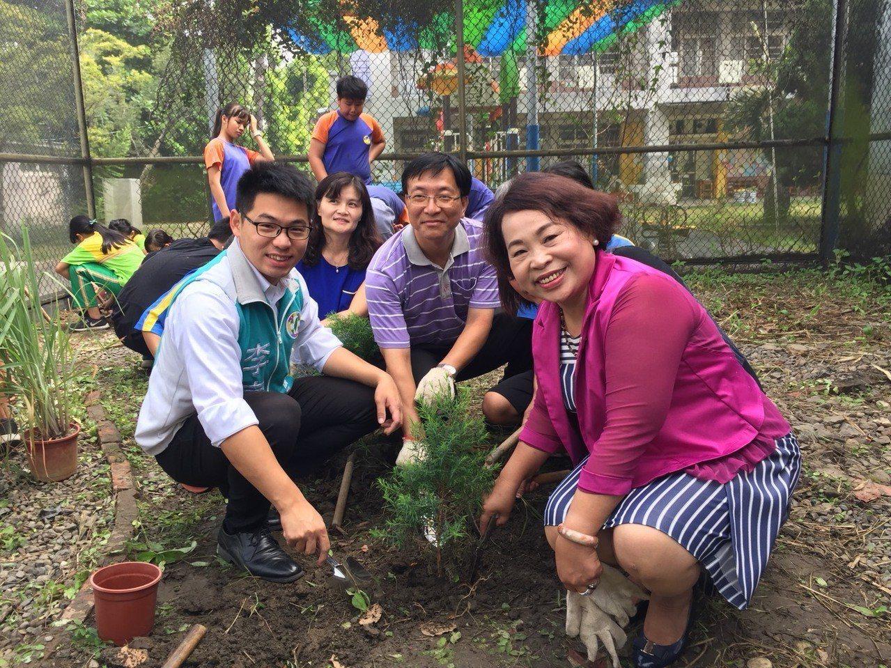 台南市議長賴美惠(右)與小朋反種茶樹。記者吳政修/攝影