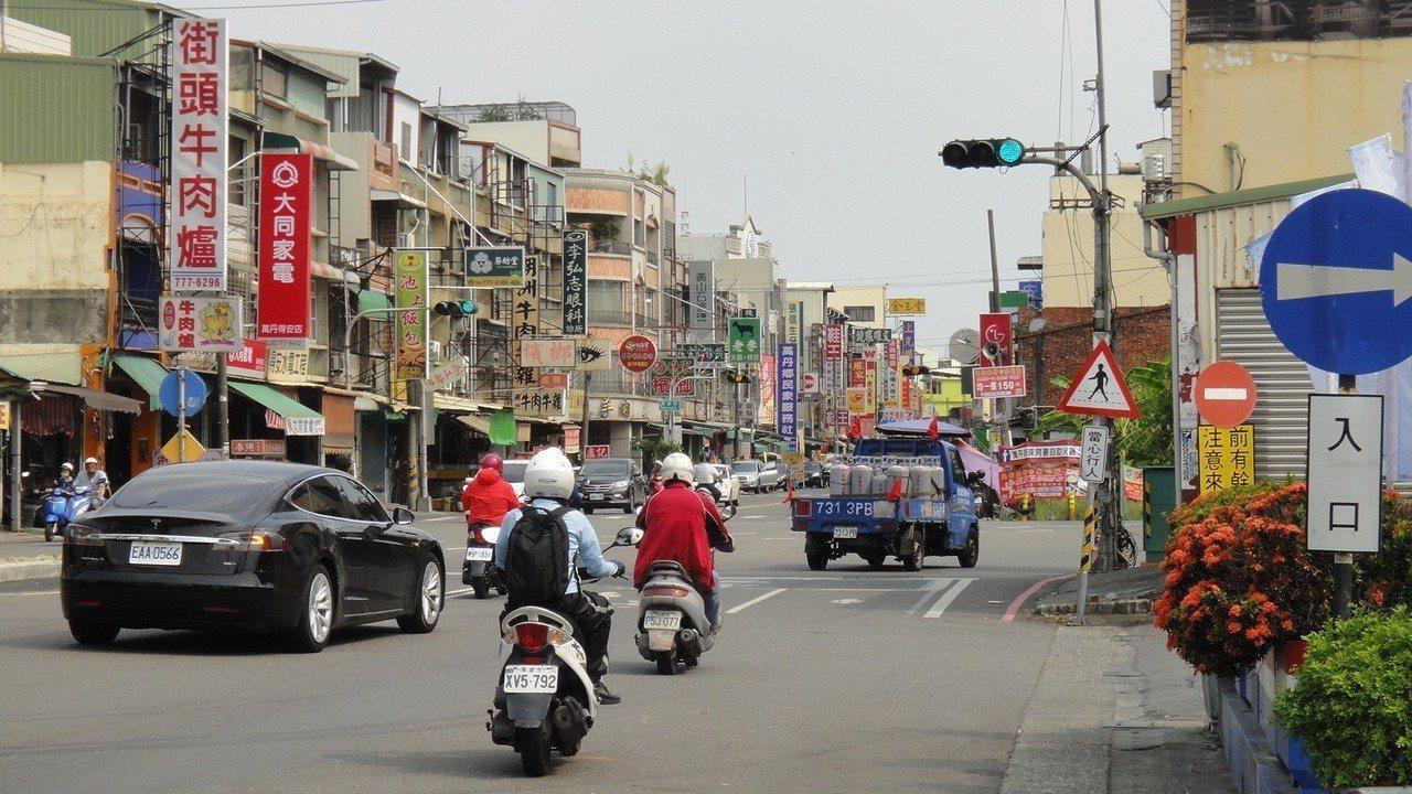 萬丹路一段南下車道容易出現機車要直行進入市區,但汽車則要右轉走西環路外環道往東港...