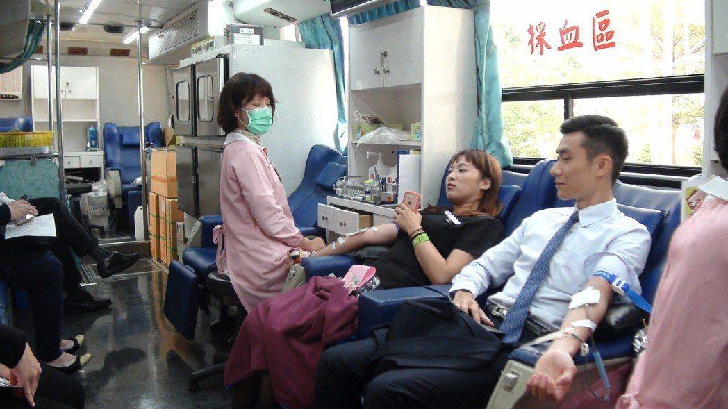 夢時代周年慶員工挽袖捐血,用另類方式關心社會。記者謝梅芬/攝影