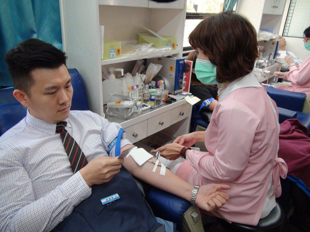 夢時代營運部營業經理賴睿謙,每年捐血不缺,他從17歲符合捐血資格以來,每年都捐血...