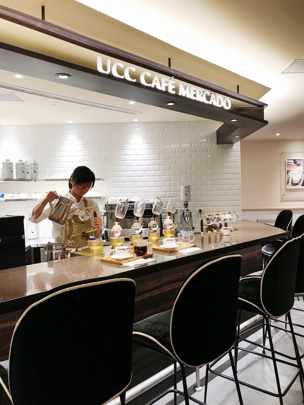 在SOGO忠孝館已有31年的UCC改裝,引進光熱式虹吸沖煮設備,坐在吧台就可欣賞...