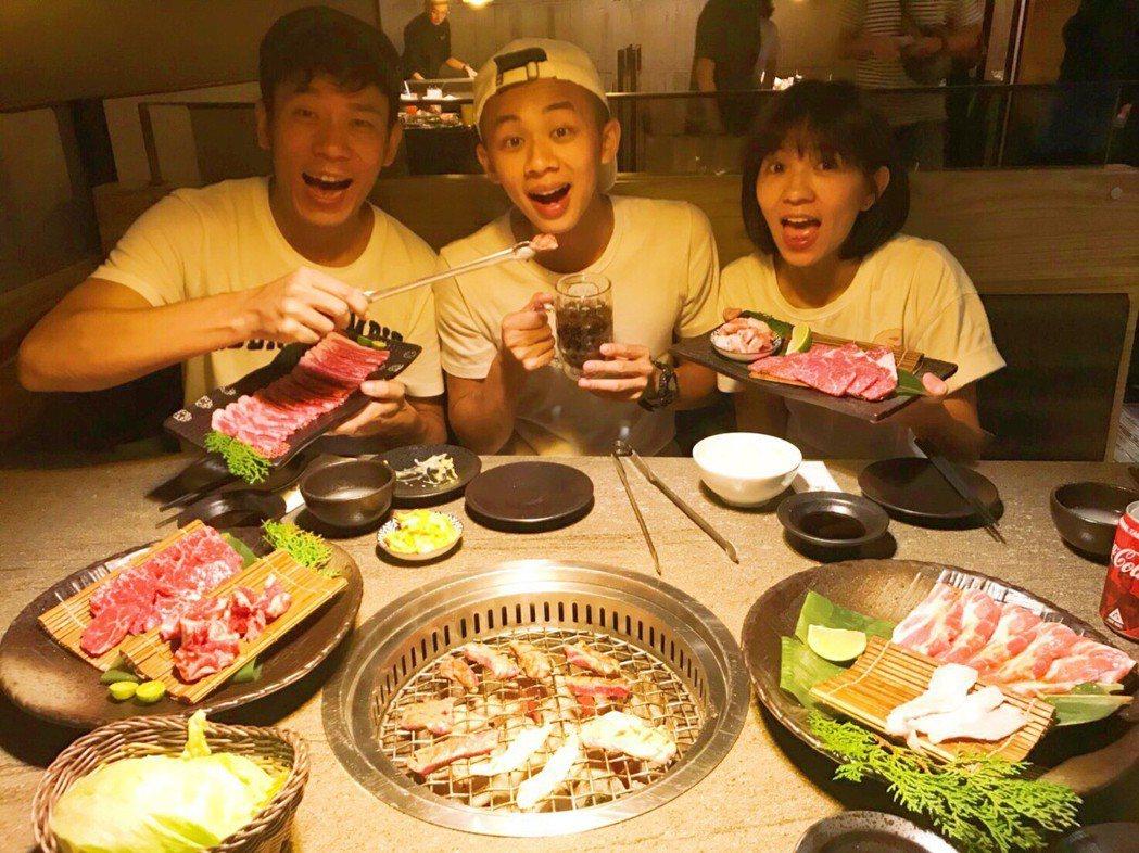 香蕉哥哥與草莓姊姊招待吳政迪吃燒肉大餐,慶祝他退伍。圖/林修毅提供