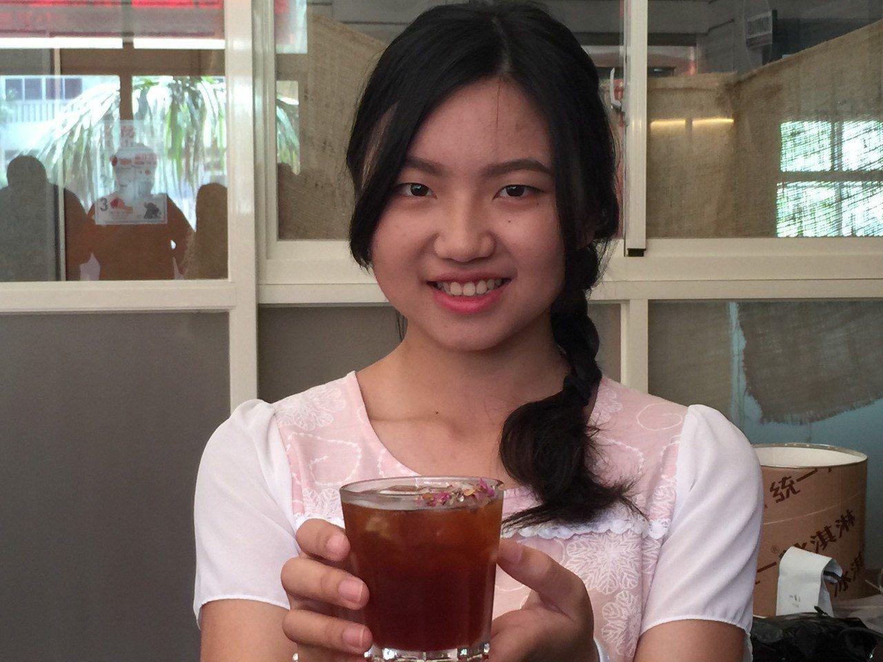 有著甜甜笑容的陳芳儒參加在廈門舉行的「咖啡女神沖煮賽」,勇奪咖啡女神及最佳形象獎...