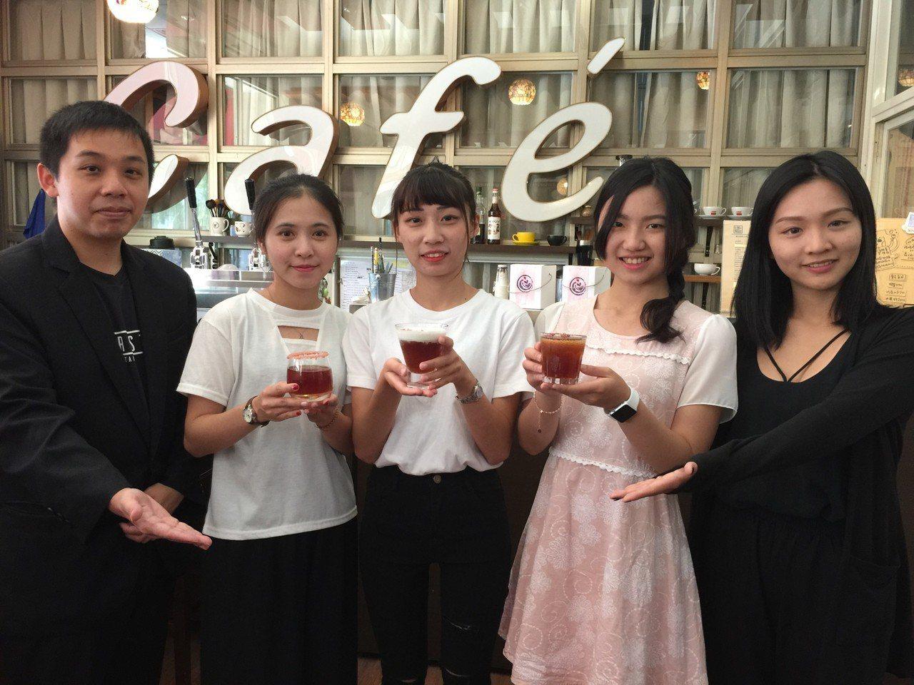 金門大學觀光系陳芳儒(右二)、李雨珊(左二)、林毓芬(左三)3人參加在廈門舉行的...