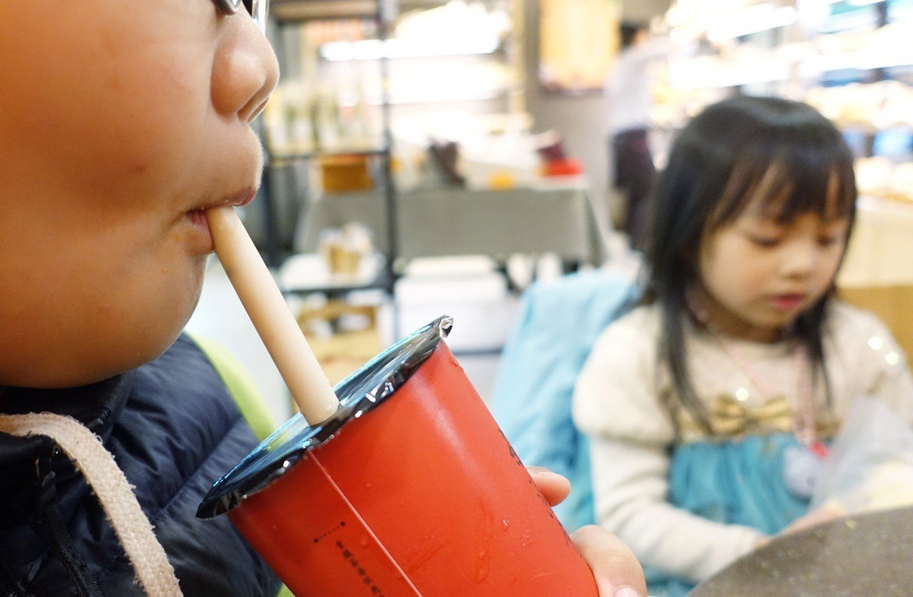 圖為民眾在麵包店內使用吸管喝飲料。記者陳正興/攝影