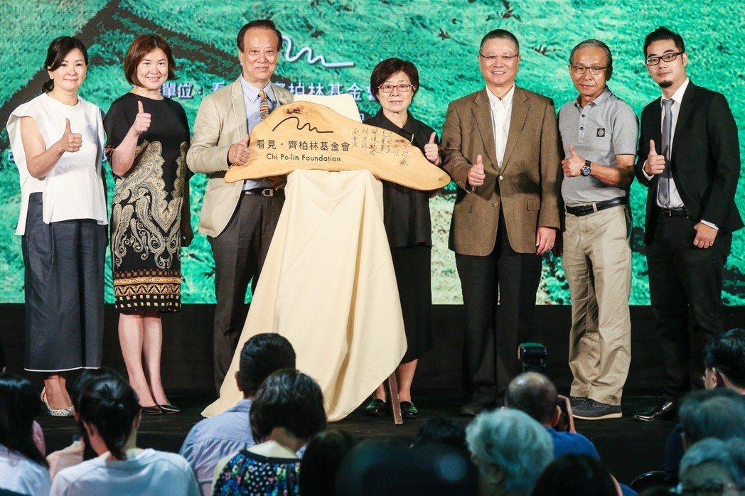 看見齊柏林基金會舉行成立記者會,基金會董事長歐晉德(左三)與六位董事台灣阿布電影...