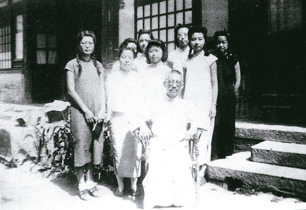 民國學人、著名詩詞教授顧羨季先生(中坐者)和他的學生,右二侍立者為葉嘉瑩。(圖/...
