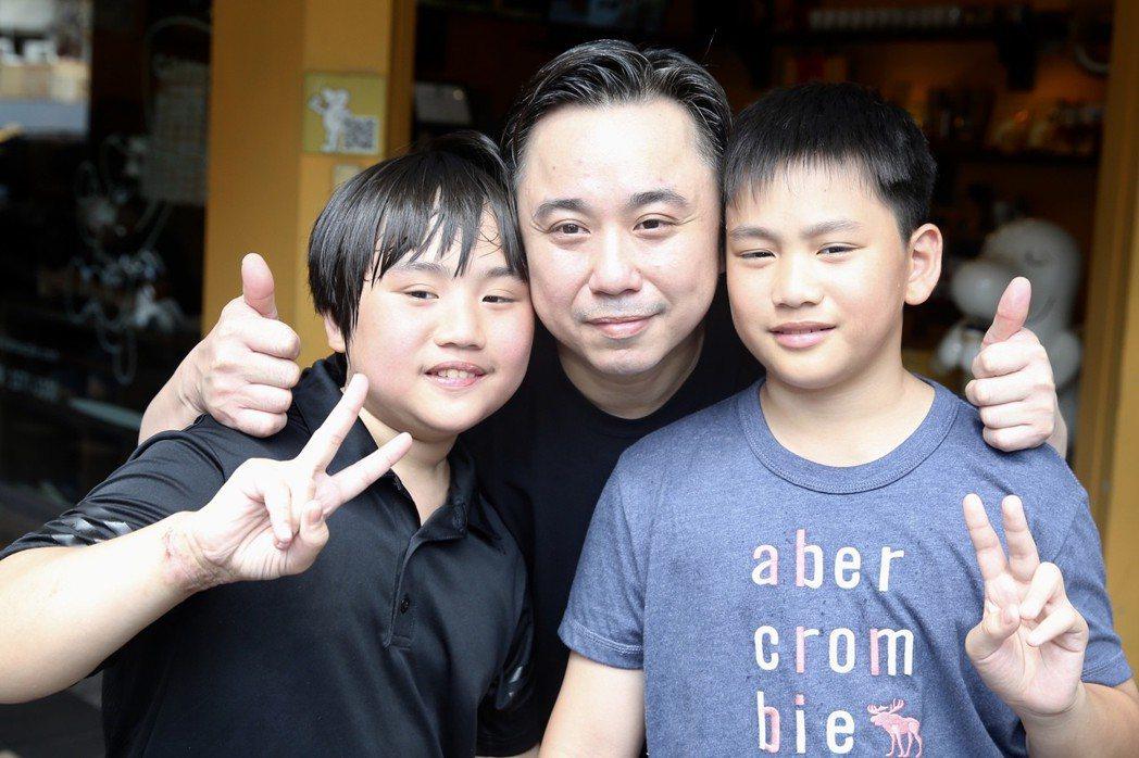 溫兆宇(小彬彬)(中)新店「彬彬正記瓠仔貴燒烤」下午正式開張,兒子小小彬(左)、...