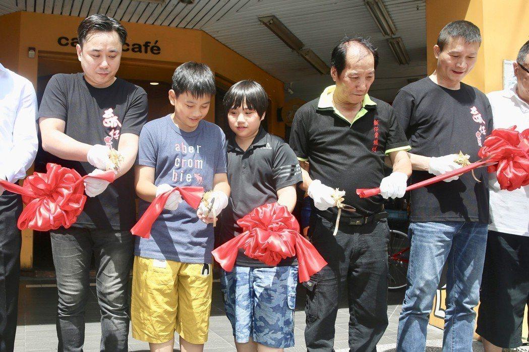 溫兆宇(小彬彬)(左一)新店「彬彬正記瓠仔貴燒烤」下午正式開張,兒子小小彬(中)...