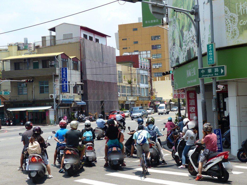 待轉區若過小,機慢車被迫停到車道,被騎士譏為是待撞區。 記者劉明岩/攝影
