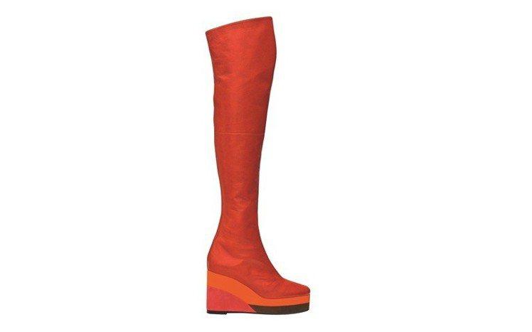 Studio 系列山羊皮與山羊麂皮拼接皮過膝長靴,鞋跟拼接色塊的靈感來自魔術方塊...