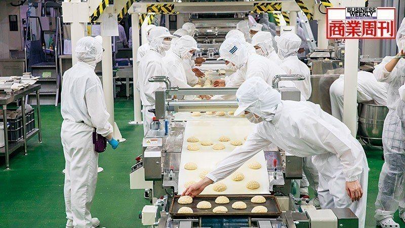 全家麵包廠用較多人力搭配可抽換的餡料、外層配料機來創造生產靈活性,圖中員工們正在...