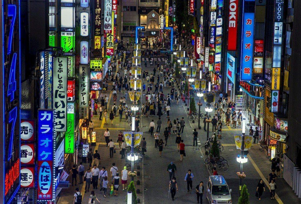 造訪過東京的人都知道,新宿歌舞伎町是充滿燈紅酒綠的風化區。到底是怎樣的書店,才會...