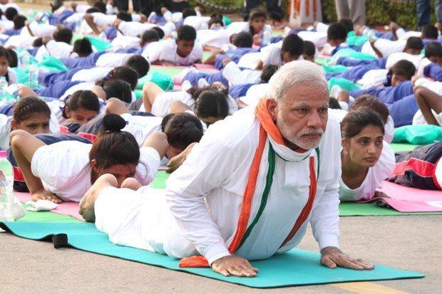 每年世界瑜伽日,莫迪都會親自帶領上萬民眾做瑜伽。(Youtube截圖)