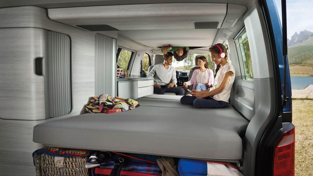 看似一般廂型車的外表下,露營車其實內有乾坤除置物櫃、流理台、簡易廚具一應俱全外,座椅打平後也能成為舒適的休息空間。倘若人數較多時,透過伸縮車頂設計還能提供額外的雙人床位。 圖/福斯商旅提供