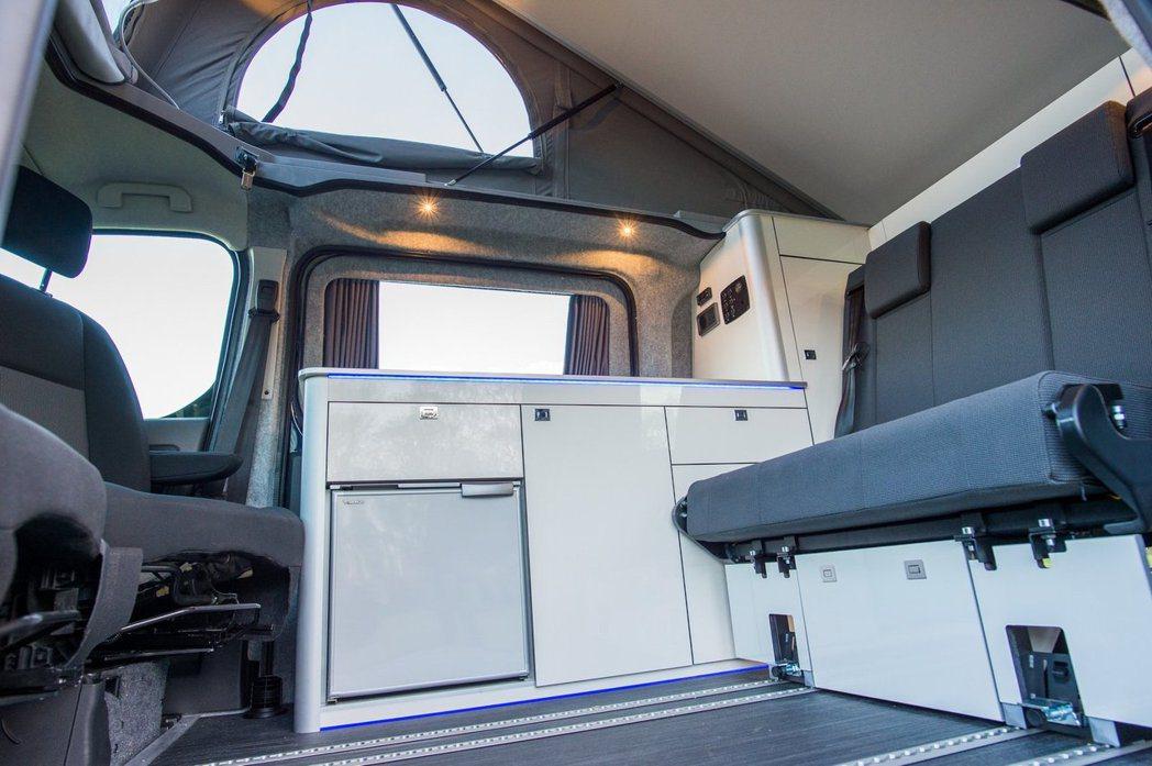 如同其他露營車的設計,Toyota Proace Lerina車內也有完善的配備...