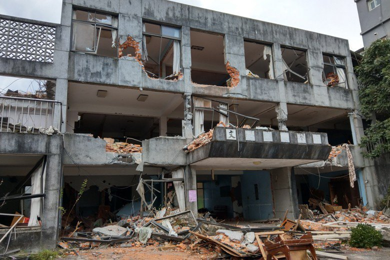 礁溪天主堂裡頭的「文聲復健院」被拆除,外觀嚴重毀損,仍可見「文」字懸掛牆面。 ...